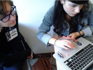 Tinkering with tangible technology: FemDH students programming an Arduino